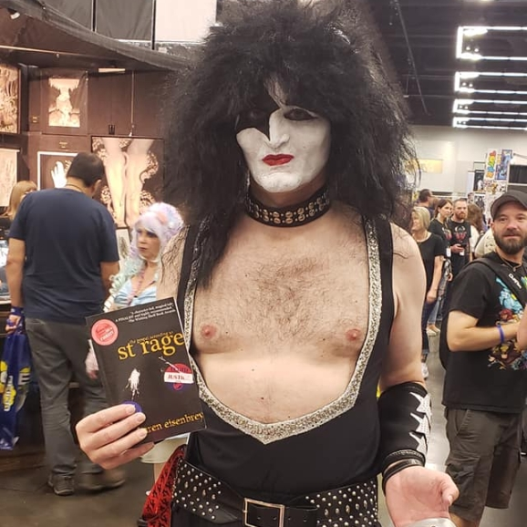 Kiss cosplayer with St Rage